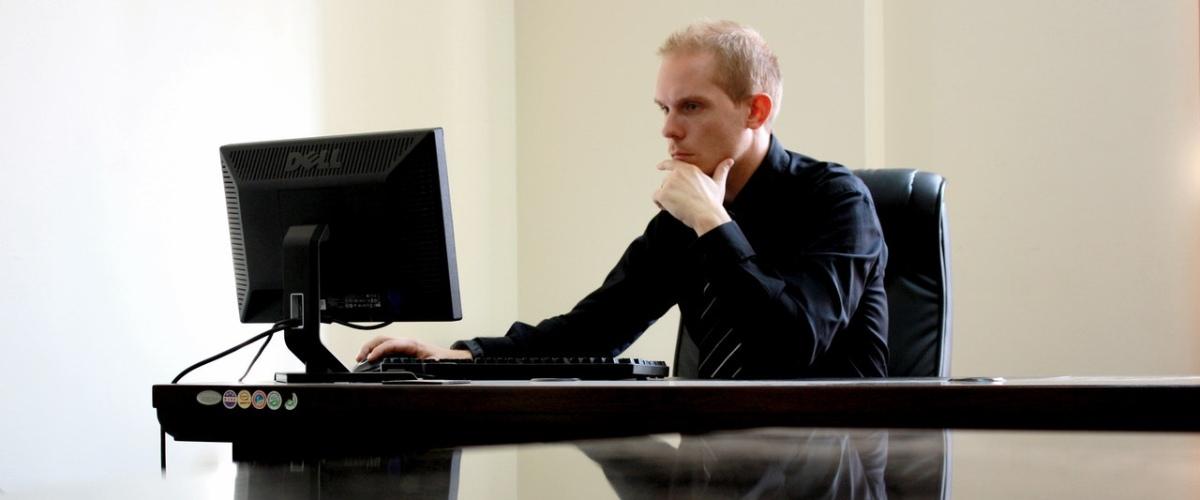 persona mirando una pantalla de ordenador